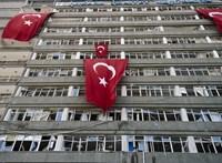 Megtámadták az Erdogan pártját több településen legyőző párt vezetőjét egy temetésen