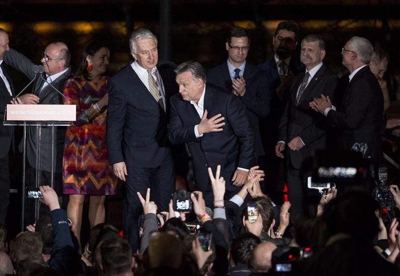 A pofontól védi embereit, de a kampányt is eredményesebbé teheti Orbán húzása