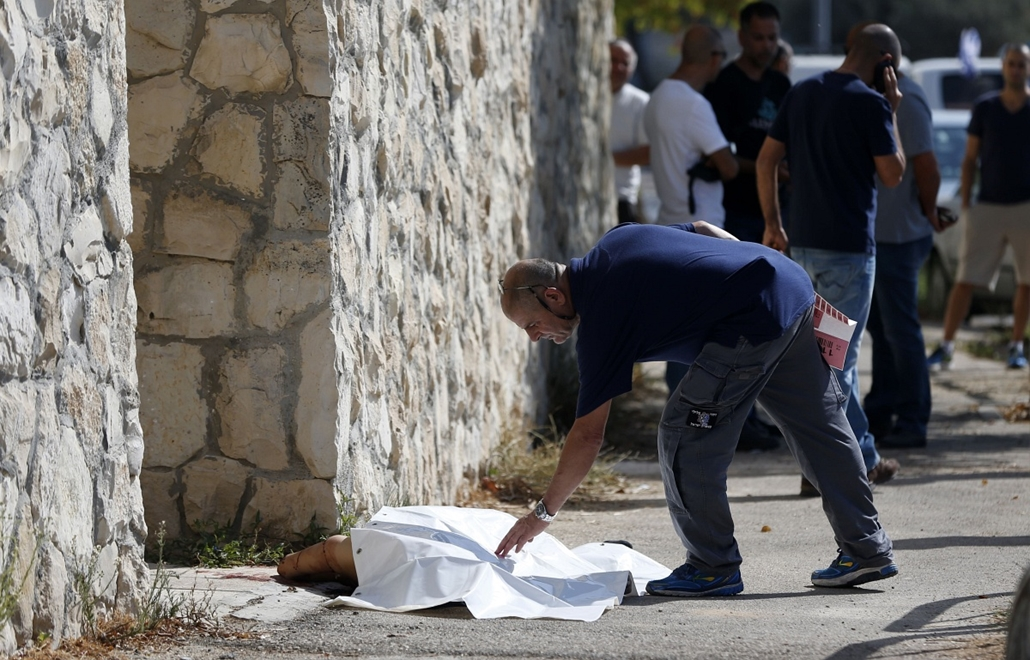 afp. izraeli-palesztin konfliktus 2015 - 2015.10.17. Jeruzsálem, izraeli orvos nézi a palesztin férfi testét, An Israeli medic covers the body of a Palestinian man who attempted to stab a soldier in the east Jerusalem Jewish settlement of Armon Hanatsiv,
