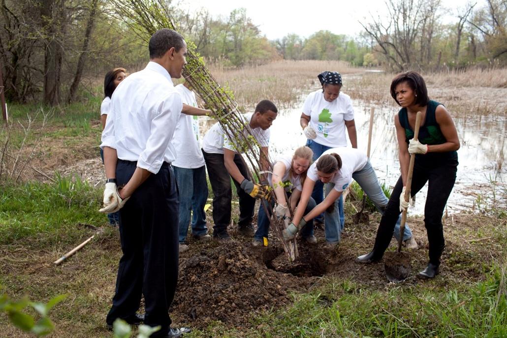 lehetőleg ne - flickrCC_! - Barack Obama és a First Lady fákat ültetnek egy rendezvény során Washingtonban, a Kenilworth Aquatic Kertben, 2009. április 21-én.