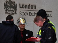 A londoni értéktőzsdéhez ragasztották magukat környezetvédő aktivisták