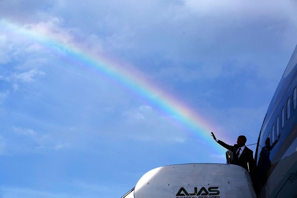 lehetőleg ne - flickrCC_! - 15.04.09. - Kingston, Jamaika: Barack Obama beszállás előtt a jamaikai Norman Manley Nemzetközi Repülőtéren 2015. április 9-én. - Barack Obama nagyítás