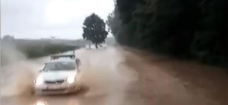 Vezetés közben videózta a Volánbusz sofőrje, ahogy áthajt a vízátfolyásokon