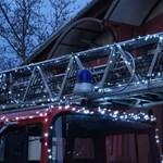 Így világít a karácsonyra feldíszített pomázi tűzoltóautó – fotók