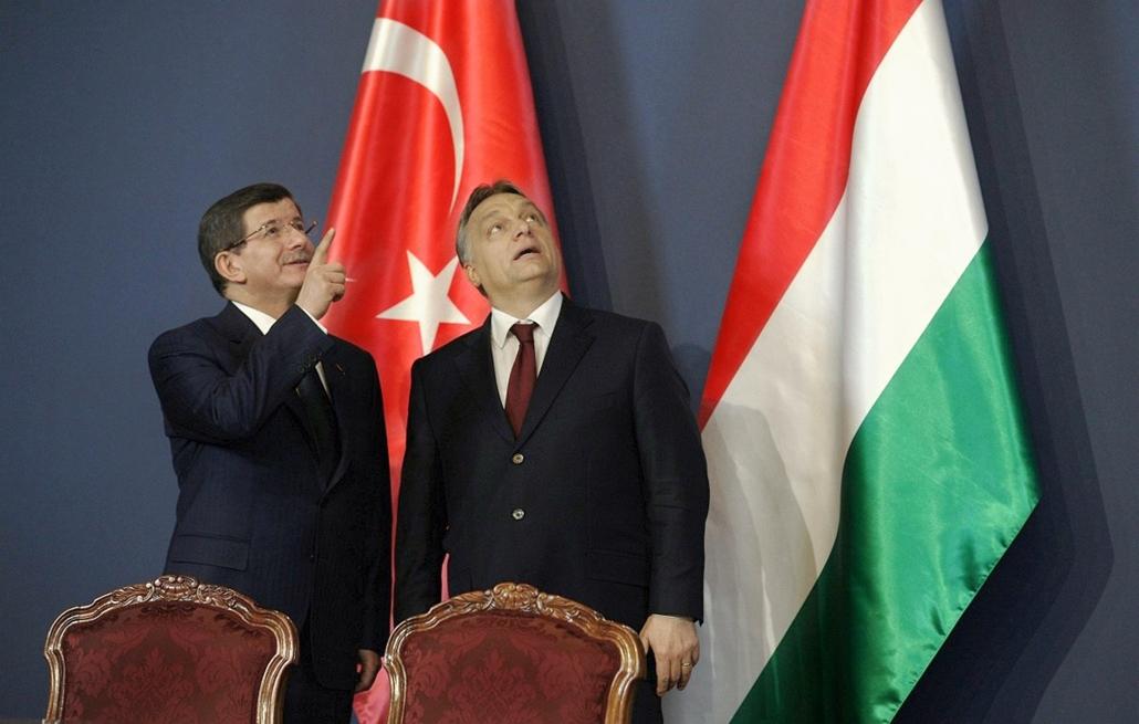 S2 - tg. török kormányfő Budapesten 2015.02.24. Orbán Viktor miniszterelnök (j) és a hivatalos látogatáson Budapesten tartózkodó Ahmet Davutoglu török kormányfő a kétoldalú megállapodások aláírásán a Parlamentben 2015. február 24-én.