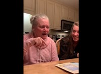 Megható, ahogy az alzheimeres anyuka együtt énekel családjával – videó