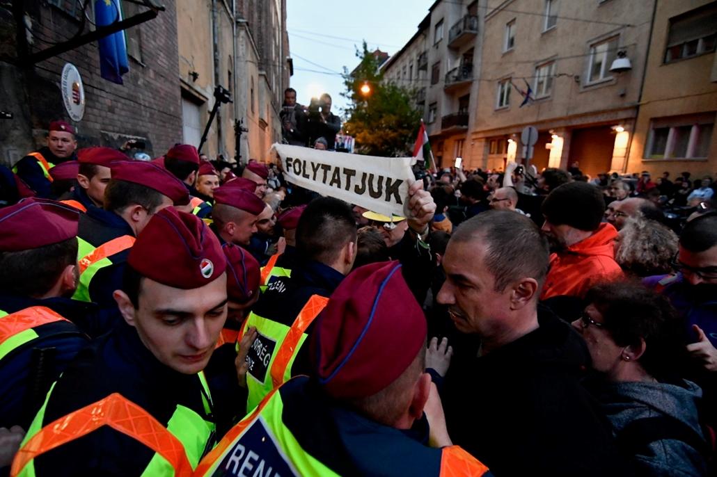 Tüntetés az ügyészség előtt