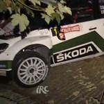 Egy garázs tetején landolt a ralis Skoda Fabia - videó