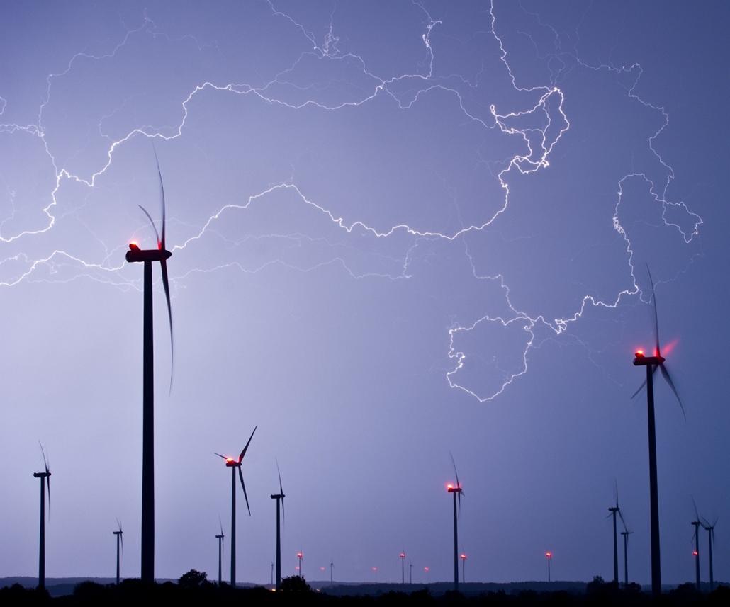 Szélerőmű, villám, Németország - Lightning of a thunder storm illuminates teh sky on May 9, 2013 over a wind energy park near Jacobsdorf, eastern Germany.