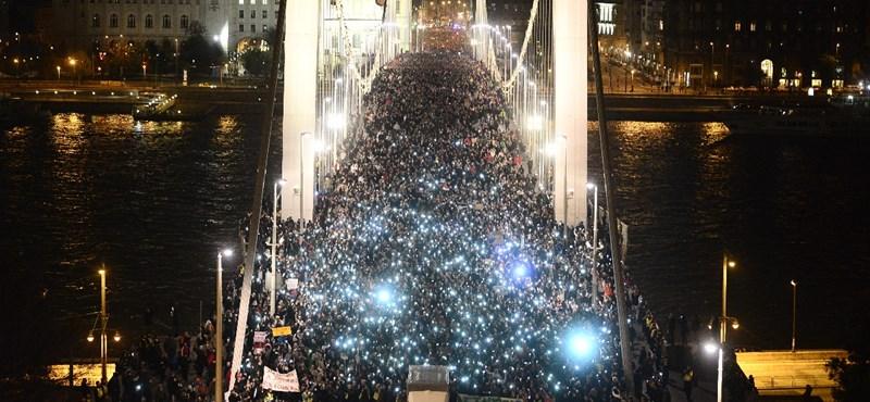 Magyar mintára, mobiltelefonokkal tüntetnek Amerikában