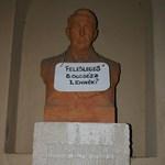 Galéria: Táblákkal tiltakoznak szobrok a felsőoktatás átalakítása ellen