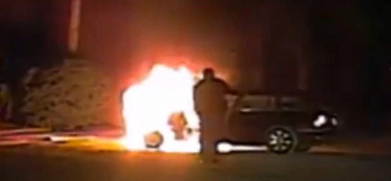 Videó: Így kell kimenteni egy tökrészeg sofőrt a lángoló autóból