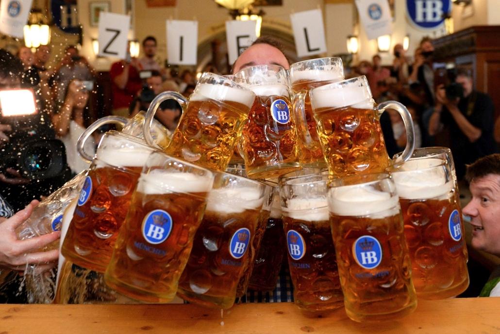 mti.16.09.12. München, Németország: Matthias Völkl német pincér 29 darab sörös korsóval a kezében a müncheni Hofbräuhaus vendéglőben 2016. szeptember 12-én. Völkl, aki két korsóval döntötte meg az eddigi rekordot, teljesítményével bekerült a Guinn
