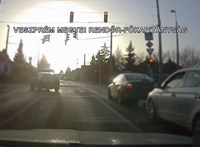 Videó: A rendőrök előtt hajtottak át az autók a piroson