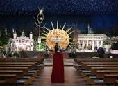 Egy hatalmas koronavírus került a kis Jézus mögé egy németországi templomban