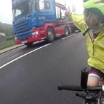 Imádja az internet a kislányt, aki megköszönte a kamionosnak, hogy vigyázott rá – videó