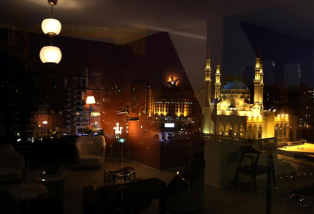 afp.16.06.01. Az  al-Amin mosque tükröződik egy apartman ablakán Bejrútban.