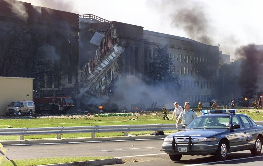 afp.01.09.11. Füst száll fel a Pentagon épületéből Washingtonban szeptember 11-én, miután repülőgép csapódott belé.
