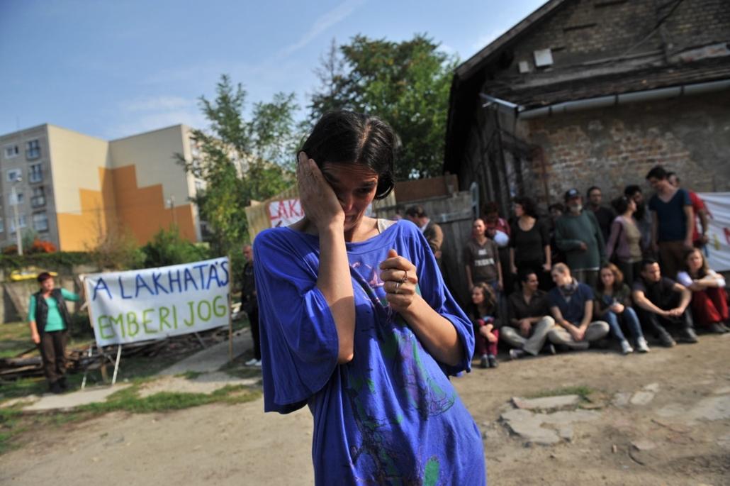tg. kilakoltatás, 2014.09.04. A Város Mindenkié aktivistái élőlánccal védenek egy hétgyermekes családot az elhelyezés nélküli kilakoltatástól