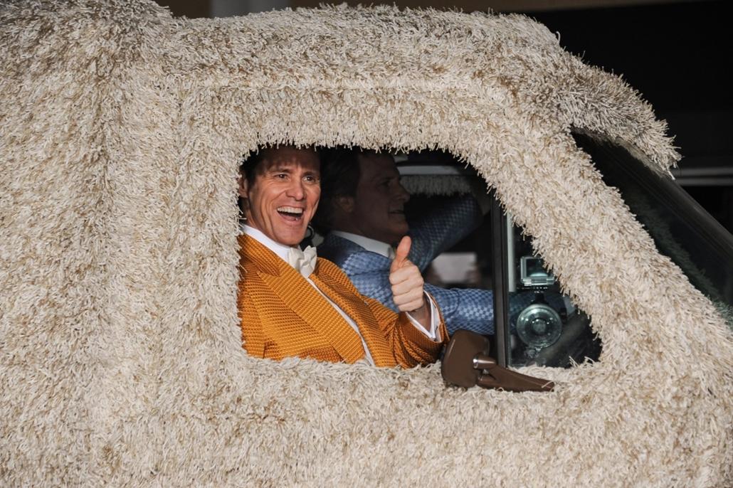 AP!!! november 14-ig!! hét képei - Los Angeles, 2014.11.04. Jim Carrey (b) és Jeff Daniels amerikai színészek egy járműben a Dumb és Dumber kettyó (Dumb And Dumber To) című filmjük bemutatóján Los Angelesben 2014. november 3-án.
