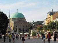 Ingyen bérel irodát Pécs főterén a Fidesz-közeli hírportált működtető vállalkozó