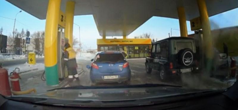 """Így tankol egy kicsit otthonra is egy """"ügyes"""" benzinkutas – videó"""