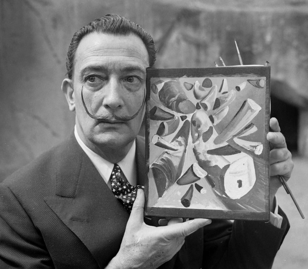 afp. nagyítás - Salvador Dali 110 éve született - 1955.04.30. FRANCE, Vincennes : Portrait daté du 30 avril 1955 du peintre espagnol Salvador Dali, l'un des peintres les plus populaires du 20ème siècle, montrant un tableau qu'il vient d'achever au zoo de