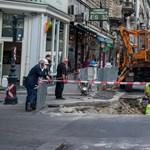 Sérült vízvezeték miatt nyílt gigagödör a Ferenciek terénél – fotók