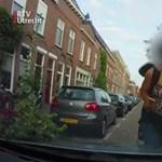 Hollandiában már tilos biciklin mobilozni. Ezt a videót látva ez nem is csoda