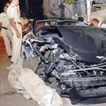 Aston Martint és más autókat zúzott egy indiai ámokfutó – fotók