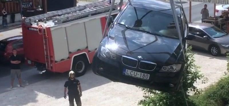Videó: Repülő BMW Budán – csak eperért ugrott volna be a sofőr