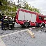 Beszakadt Eger főterének burkolata egy tűzoltóautó alatt – fotók