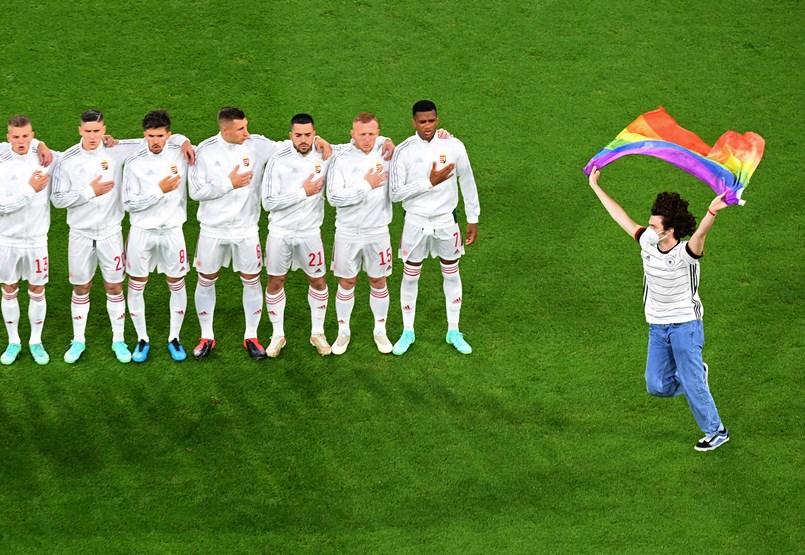 La polémica por el verano, el fútbol y la homofobia desvía la conversación de una multitud de temas escandalosos