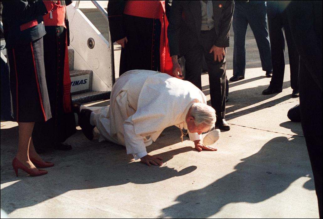 afp.87.06.04. - Argentína, Buenos Aires: csók a Földnek - ,II. János Pál pápa