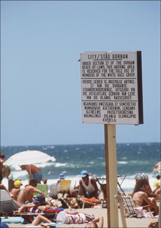 afp.1987. - Durbani strand, ahol külön partszakaszt tartottak fönn a fehéreknek 1987-ben - Apartheid nagyítás