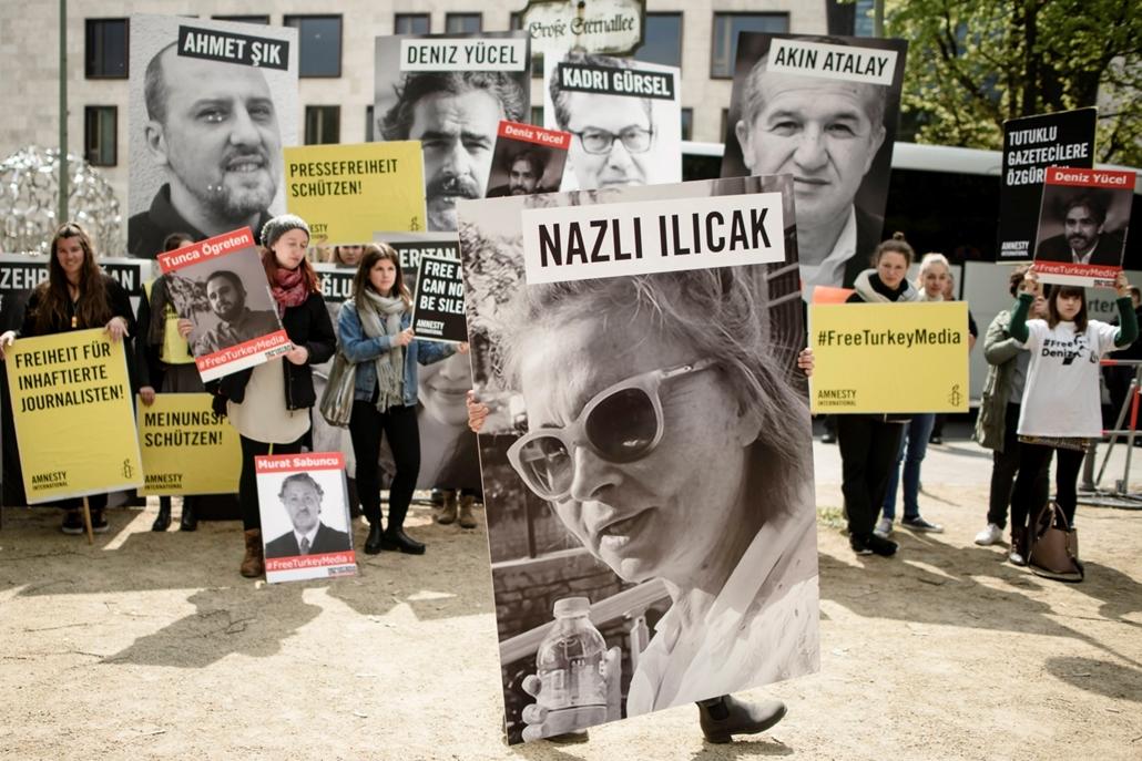 mti.17.05.03. A Riporterek Határok Nélkül nevű szervezet aktivistái Törökországban bebörtönzött újságírók képeivel tüntetnek a berlini török követség előtt a sajtószabadság világnapjának alkalmából 2017. május 3-án.