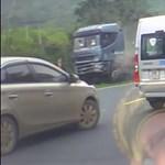 Irányíthatatlanná vált a kamion, komoly pusztítást végzett – videó