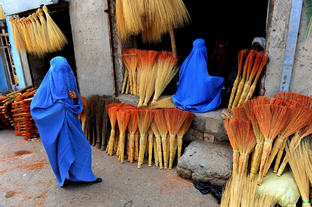 afp. afganisztán 2014.04.09. Herat, seprű - AFGHANISTAN, Herat : Afghan shoppers look for brooms at a roadside shop in Herat on April 9, 2014. Leading candidates in Afghanistan's presidential election voiced concern that voting was tainted by fraud after