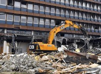 Habbal és locsolással az azbeszttartalmú törmelék ellen az újlipótvárosi volt KISZ-székház bontásánál