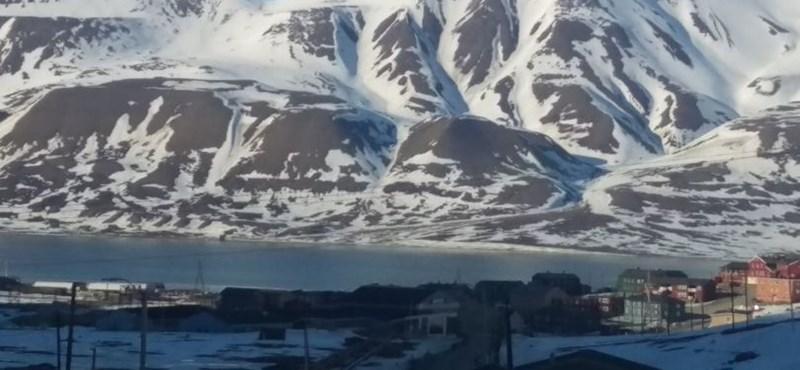 Ön megtalálja John Lennont az Északi-sarkon készített fotón?