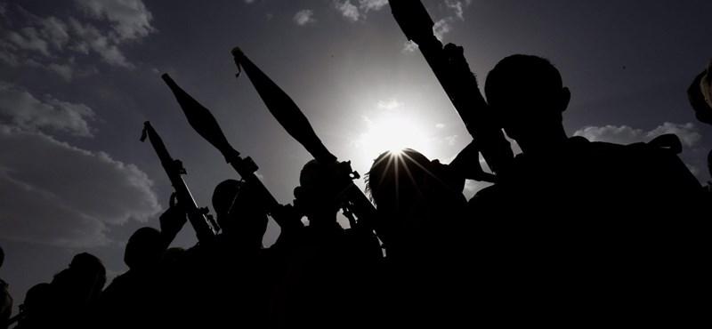 Előkerült egy videó a lebombázott jemeni iskolabusz roncsai alól