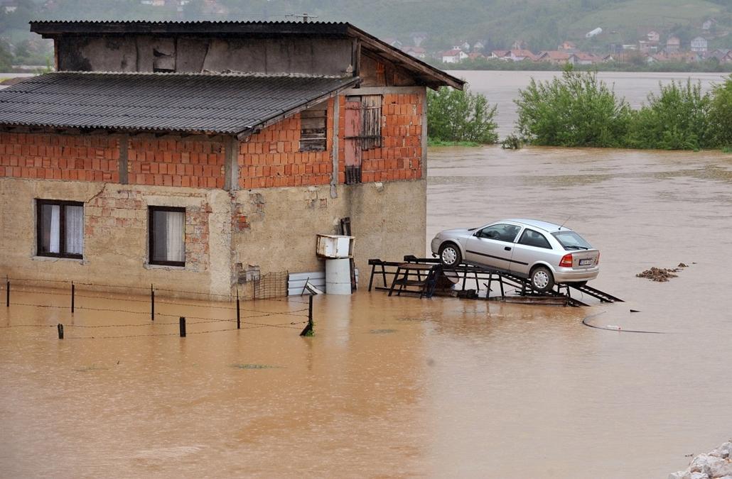 afp.14.05.14. - Mostar, Bosznia-Hercegovina: esőzés után a város szélén. - 7képei nagyítás