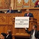 A Fidesz védi Hadházy szólásszabadságát, az érintettnek viszont nevetnie kell