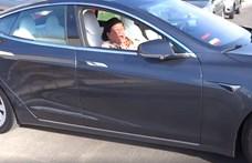 A nap autós videója: 94 éves nagymama a Teslában, ami önálló életre kel