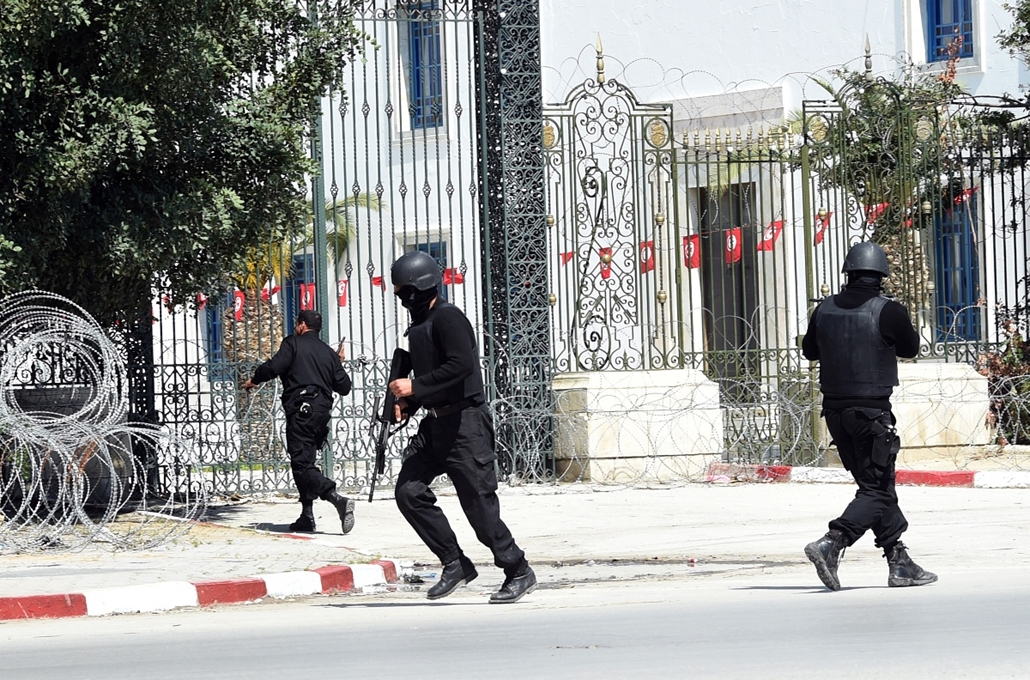 afp. Tunisz, Tunézia, terrorizmus, 2015.03.18. Bardo Múzeum túszejtés - Tunisian security forces secure the area after gunmen attacked Tunis' famed Bardo Museum on March 18, 2015. At least seven foreigners and a Tunisian were killed in an attack by two me