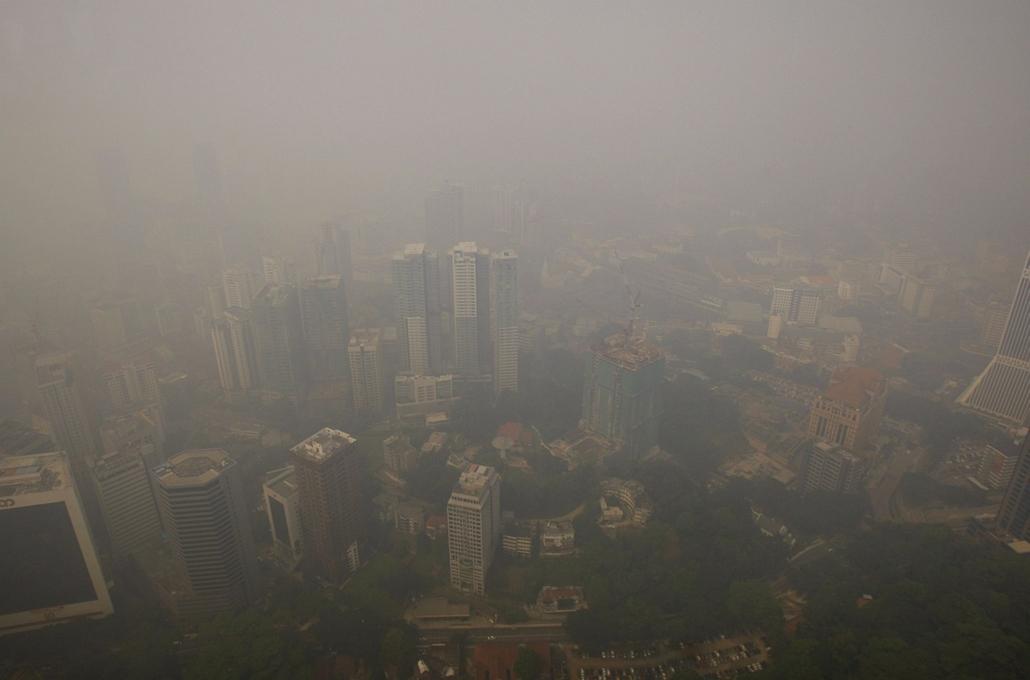 AP! júl.8. - Füstköd üli meg Kuala Lumpurt 2013. június 24-én. A szomszédos Indonéziában pusztító erdőtüzek miatt annyira szennyezetté vált a levegő Johor szövetségi állam két körzetében, hogy ott az előző nap a malajziai hatóságok szükségállapotot vezett