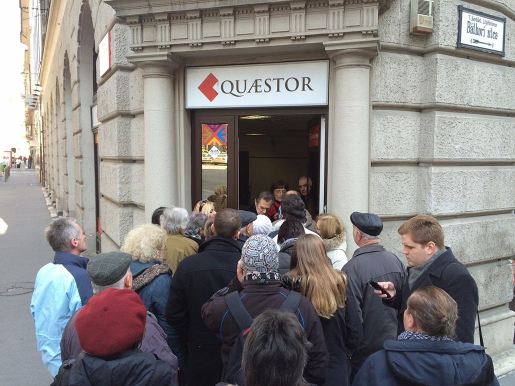 SA. Quaestor - Az MNB részlegesen felfüggesztette a Quaestor engedélyét 2015.04.10. Ügyfelek várakoznak a Quaestor Értékpapír-kereskedelmi és Befektetési Zrt. ügyfélszolgálati irodája előtt az V. kerületi Báthori utcában 2015. március 10-én