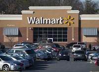 Nem engedte leülni a Walmart a pénztárosait, 18 milliárd forintot fizet