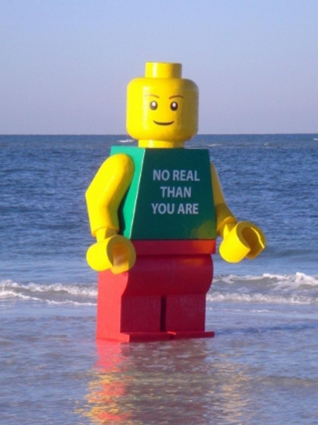 Florida - LEGO figura Sarasota partjainál. A helyi sheriff közleményben tudatta: a szobor elzárásban részesül (börtönbe kerül), míg nem jelentkeznek érte; a talált tárgyak esetében ez 90 nap. Bár a közelben