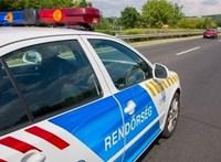 Belerohant egy kisteherautó egy autóba az M1-esen, egy ember meghalt